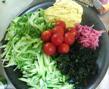 野菜を切る。
